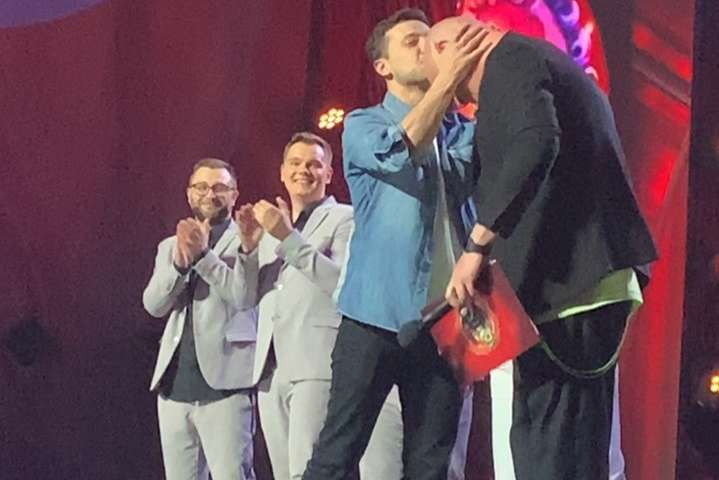 Зеленський прийшов на шоу «Ліга Сміху» та поцілував Кошового
