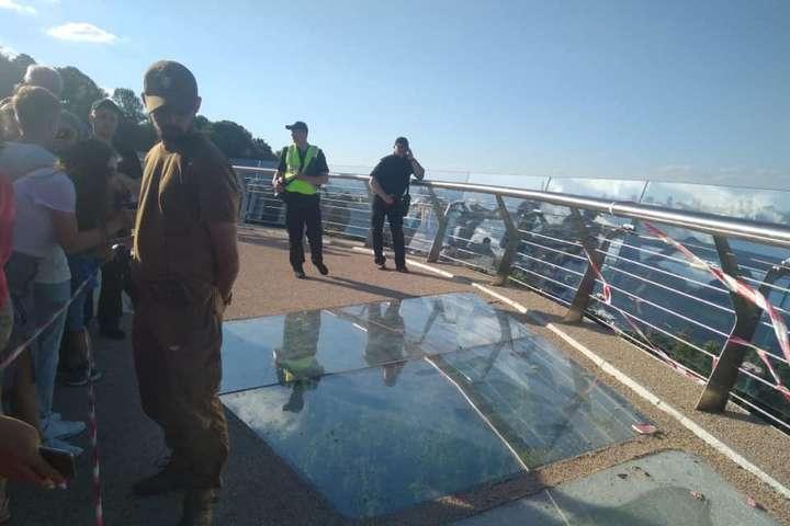 Поліція Києва встановлює обставини пошкодження скла на пішохідному мосту