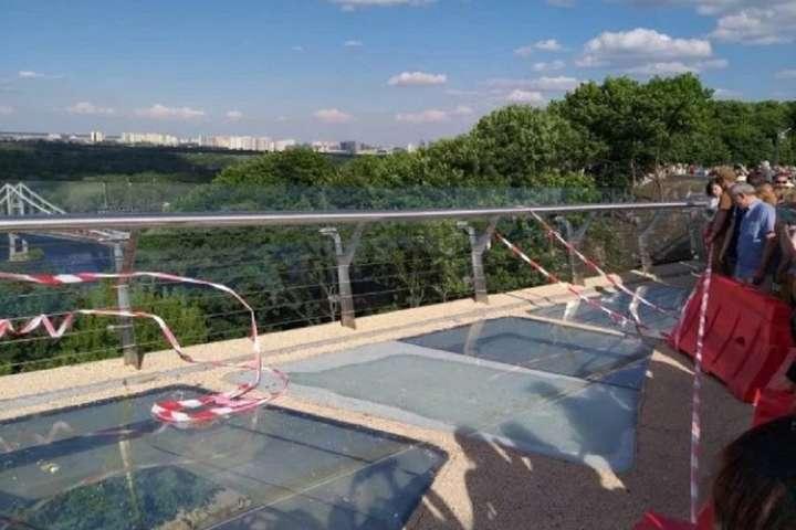 Вандали пошкодили захисну плівку: Кличко проінспектував скляний міст