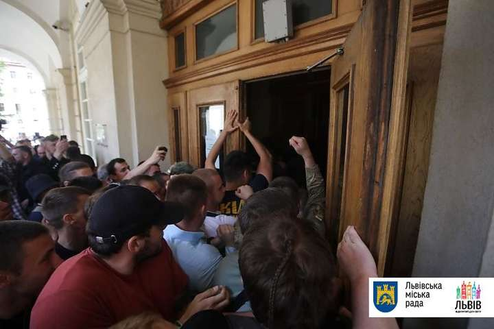 Протестующие, которые обвиняют Садового в коррупции, выломали двери львовского горсовета — Во Львове протестующие, которые обвиняют Садового в коррупции, выломали двери горсовета