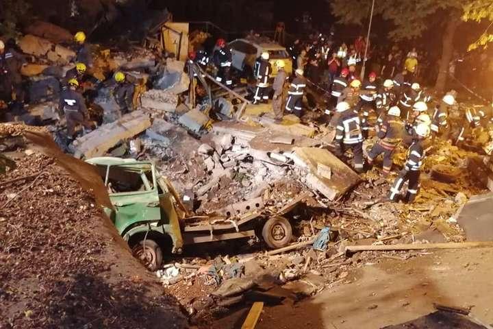 ДСНС: рятувальники розбирають завали на місці вибуху у Києві