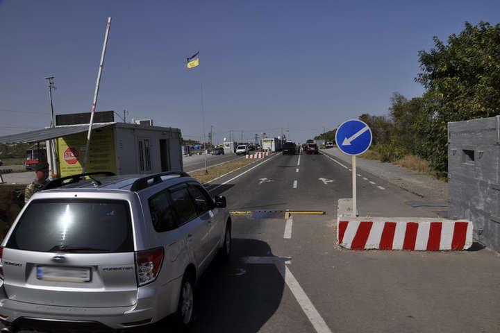 На Донбасі у чергах біля КПВВ застрягли 225 авто