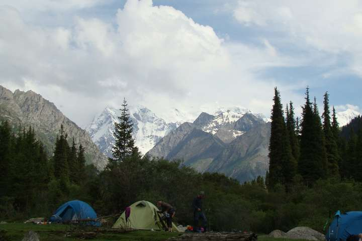 У Киргизстані чоловік напав на туристів у горах, є жертви