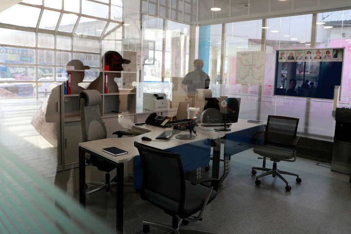 Прозорий офіс поліції в метро — У столичному метро відкрився скляний офіс поліції (фото)