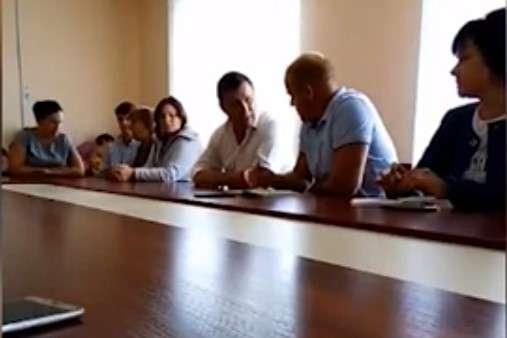 Максим Микитась (в білій сорочці) відчитує голову сільради Сергія Пінчука — «А ти скотина, умотав, трусло, падло. Я тебе посаджу». Нардеп Микитась влаштував скандал на засіданні сільради