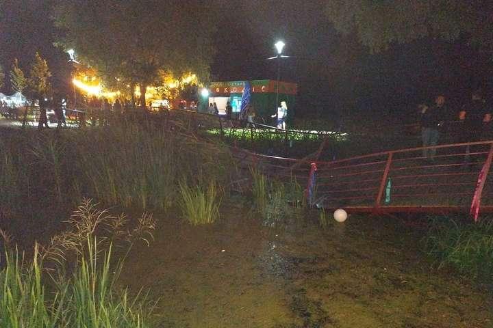 Обвалення мосту сталося під час святкування Івана Купала — В Ірпені завалився міст на новій набережній (фото)