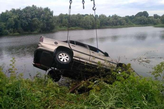 На Вінниччині через ДТП автомобіль потрапив у ставок
