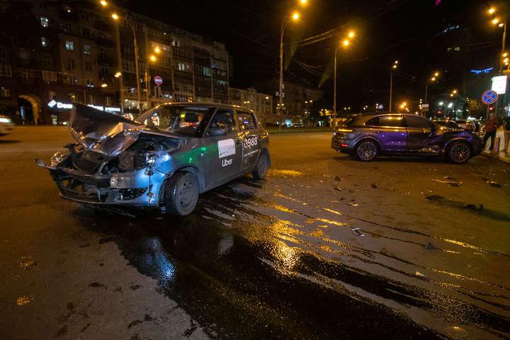 Від удару у Fabia практично повністю знищена вся передня частина — У центрі Києва автомобіль служби таксі Uber влетів у Porsche (фото, відео)