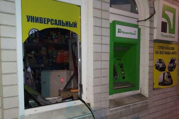 З банкомату зникли касети, в яких зберігаються гроші — В Дніпрі грабіжники вночі підірвали банкомат (фото)