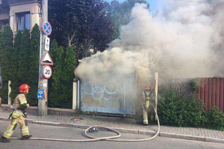 Пожежа виникла в окремо розташованому вагончику — Під час пожежі у вагончику в центрі Києва загинула людина