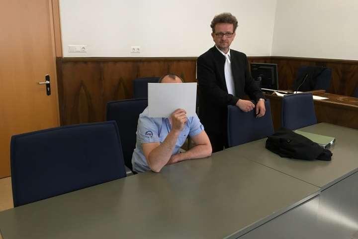 Звинувачуваний Алекс Д. та його адвокат Штефан Шультер — Білий та пухнастий… снайпер? У Німеччині судять вже другого найманця «ДНР»