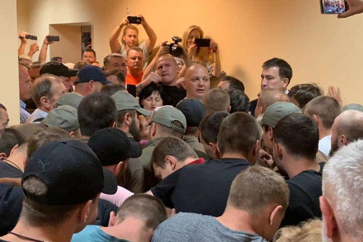 Під час засідання суду приїхав Саакашвілі з прихильниками, але поліція його згодом вигнала — Сутички на суді в Одесі: ЗМІ стверджують, що Саакашвілі зламав руку літній жінці
