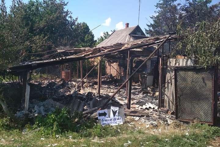 Наслідки ворожого обстрілу Новгородського — У Новгородському внаслідок обстрілу бойовиків згоріла господарська будівля