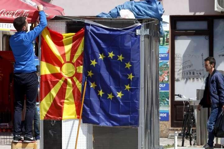 <p>Прапори Північної Македонії та Євросоюзу Об этом сообщает <a href=