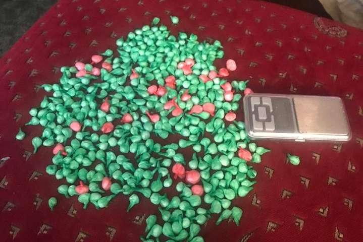 Під час обшуків в учасників злочинної групи вилучено більше 400 пакетів з метадоном