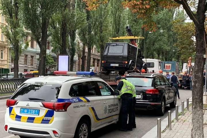 Евакуація автомобілів на бульварі Шевченка — У Києві почали масово евакуювати припарковані в недозволених місцях авто (фото)