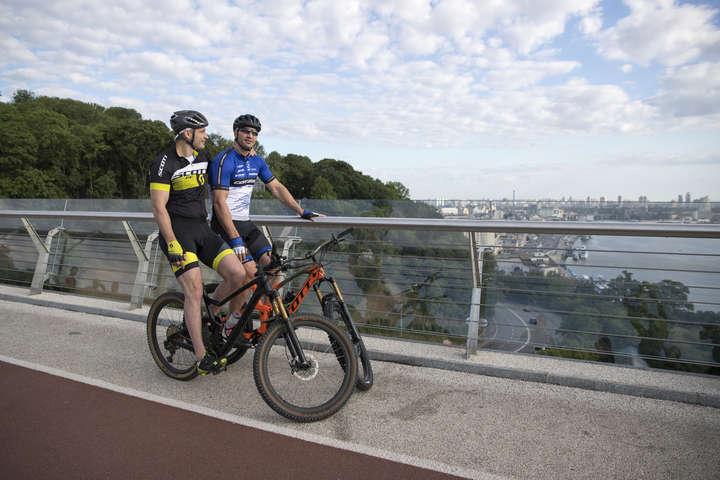 Брати Клички на новому пішохідно-велосипедному мосту — Брати Клички показали магічний Київ (фото, відео)