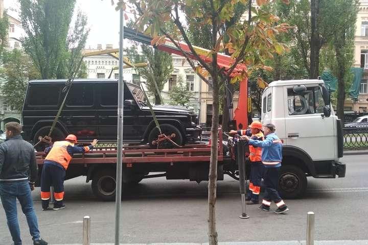 У Києві почали евакуювати авто, припарковані у недозволеному місці — Де у Києві працюють інспектори з паркування і за що карають водіїв