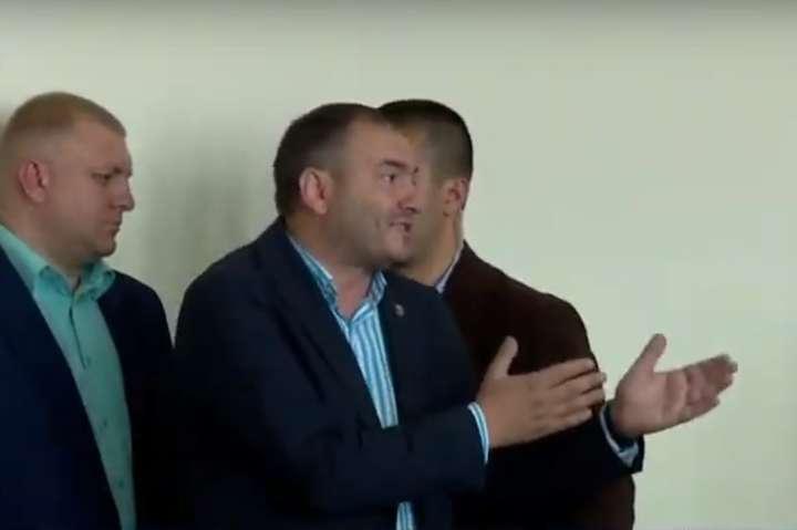Ярослав Годунок намагався виправдатися, коли його виставляли з засідання — Чиновник з Борисполя, якого вигнав президент, голосував на виборах за Зеленського