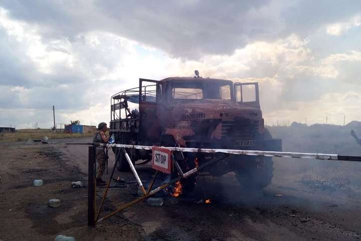 Вантажівка ЗСУ після обстрілу — З'явилися фото розстріляної бойовиками вантажівки Збройних сил України
