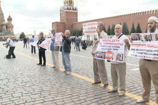 <p>Затриманим у середу учасникам мітингу загрожує штраф від 10 до 20 тис. рублів, або 40 годин обов'язкових робіт</p> — У Москві відпустили затриманих на акції кримських татар