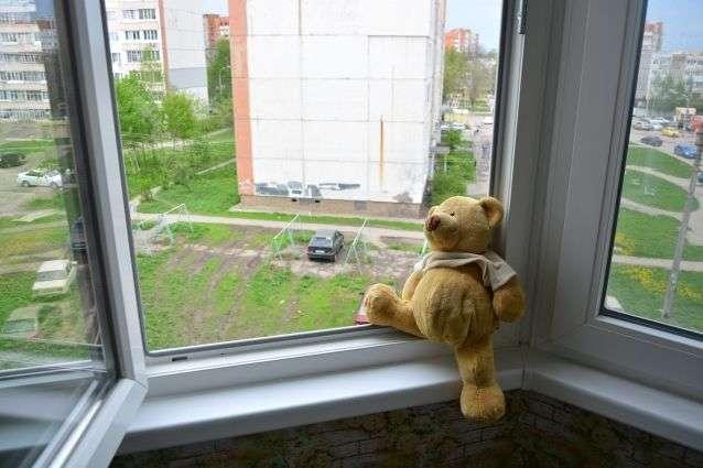 На Київщині з початку літа з вікон випали п'ятеро дітей
