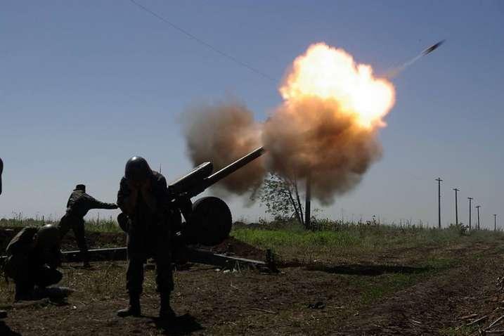 На сільськогосподарському полі військові зафіксували дві величезні вирви саме від вибуху артилерійських снарядів калібру 122 мм — Окупанти на Донбасі обстріляли агропідприємство