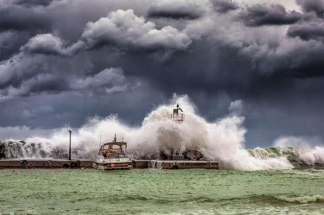 <p>Населенню рекомендується дослуховуватися порад місцевої влади щодо ураганної загрози Об этом сообщает <a href=