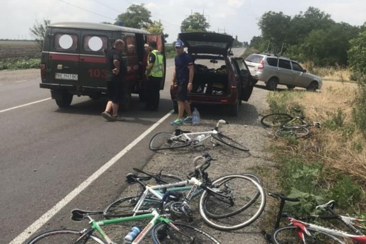 Автомобіль ВАЗ врізався в групу неповнолітніх спортсменів-велосипедистів - На Миколаївщині автомобіль врізався в групу велосипедистів