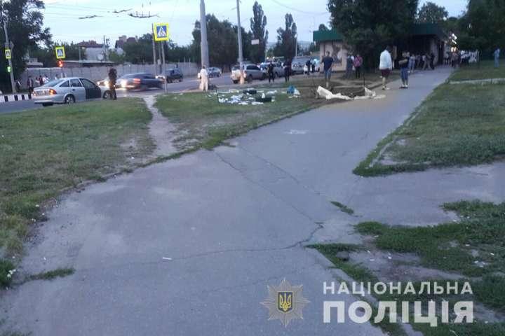 В Харькове автомобиль въехал в агитационную палатку