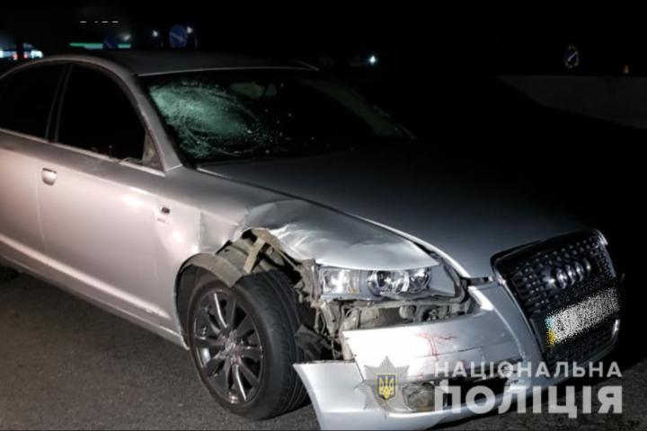 20-річний водій намагався здійснити обгін, але допустив наїзд на трьох пішоходів, які переходили дорогу у невстановленому місці - поліція - На автодорозі «Київ-Одеса» автомобіль наїхав на людей