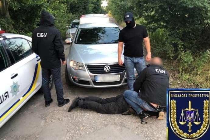 Поліцейських впіймали під час отримання хабара від водія у розмірі 6000 грн за нібито порушення ПДР - На Вінничині затримали поліцейських за систематичне хабарництво