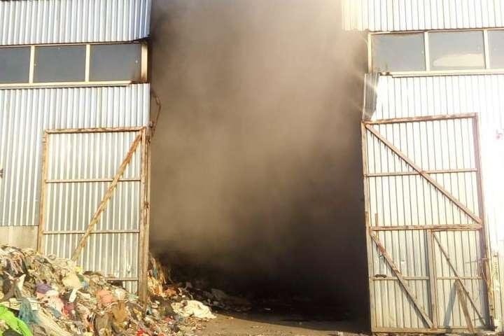 Під Києвом палав цех для сортування сміття (фото)