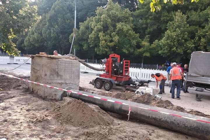 Аварія на каналізаційному колекторі в Києві: ремонт триває вже 10 днів (фото)