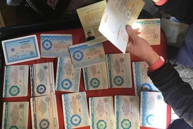 На Луганщині в медичному коледжі цілій групі видали фальшиві дипломи