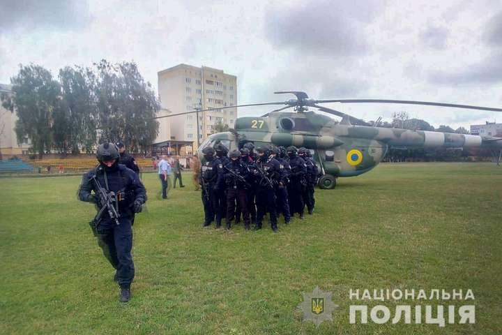 В округ, де вчитель виграє у двох нардепів, Нацполіція відправила гелікоптер зі спецпідрозділом ТОР