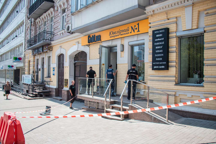 На місці працювала слідчо-оперативна група — Грабіжник-невдаха влаштував стрілянину у київському ювелірному магазині (фото, відео)