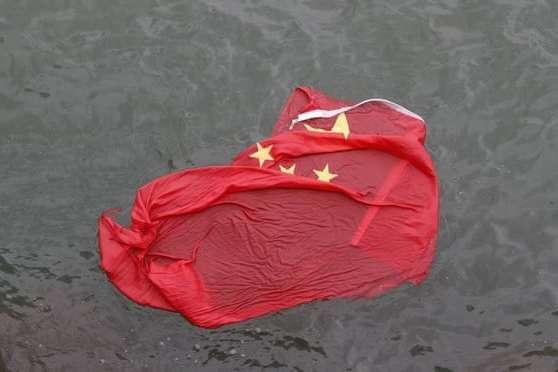 Активісти зняли китайський прапор з флагштока і кинули його в гавань Вікторія — Протестувальники у Гонконзі поглумилися над китайським прапором
