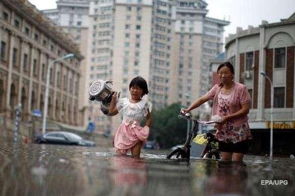 Сильна злива, результатом якої стала повінь, пройшла в неділю, 4 серпня, в провінції Хубей — У Китаї через повінь загинуло дев'ять людей