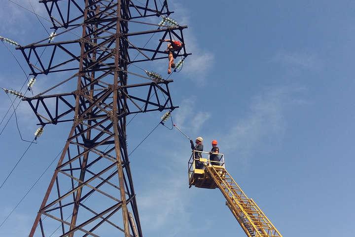 Під Миколаєвом підлітка вдарило струмом, коли він робив селфі на 30-метровій електроопорі (фото, відео)