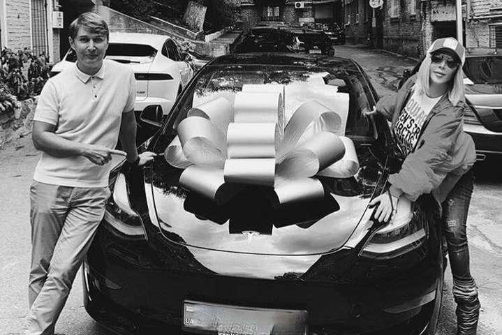 Ірина Білик стала власницею електрокара Tesla Model 3 — Стало відомо, хто ж цей «таємничий Валера», який подарував Ірині Білик Tesla