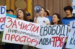 Фото: — У мітингу на підтримку Петра Порошенка беруть участь його син і дві доньки. Київ, 12 серпня