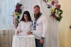 Фото: — <p>Новообраний депутат Артем Дмитрук розписався зі своєю дівчиною Анастасією</p>