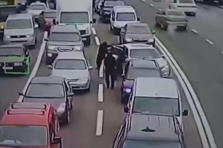 6 грудня 2018 року зловмисники напали на автомобіль підприємця, який зупинився на перехресті, і викрали рюкзак з 420 тис. грн — Завершено слідство щодо банди гастролерів, які чинили пограбування у Києві та Одесі (відео)