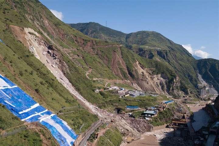 У Китаї через обвал скелі 17 людей пропали безвісти