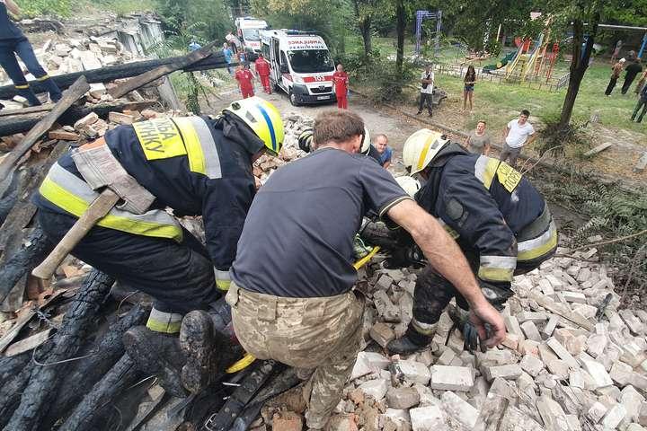 У Дніпрі під час ліквідації пожежі сталося обвалення будівлі: є травмовані (фото, відео)