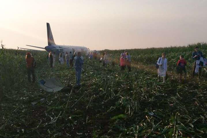 Експерти розшифровують «чорні скриньки» літака, який сів у кукурудзі під Москвою