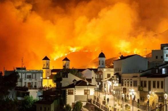 На боротьбу з вогнем направили 14 літаків і вертольотів, а також близько 700 рятувальників, зокрема 200 військових — Лісові пожежі на Канарах: місцева влада оголосила безпрецедентну екологічну катастрофу