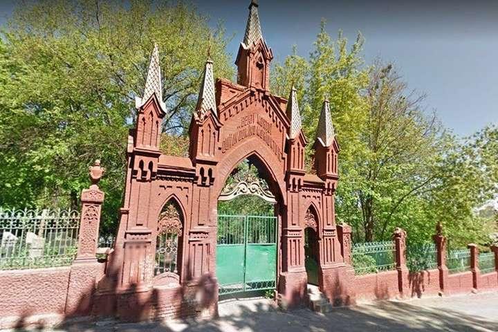 Столична влада заборонила розбирати огорожу Байкового кладовища