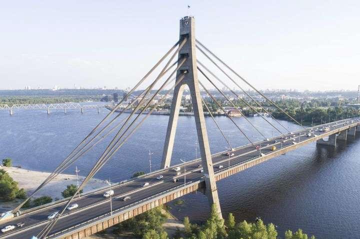 Рятувальники зняли шістьох дітей, які видерлися на верхівку Північного мосту